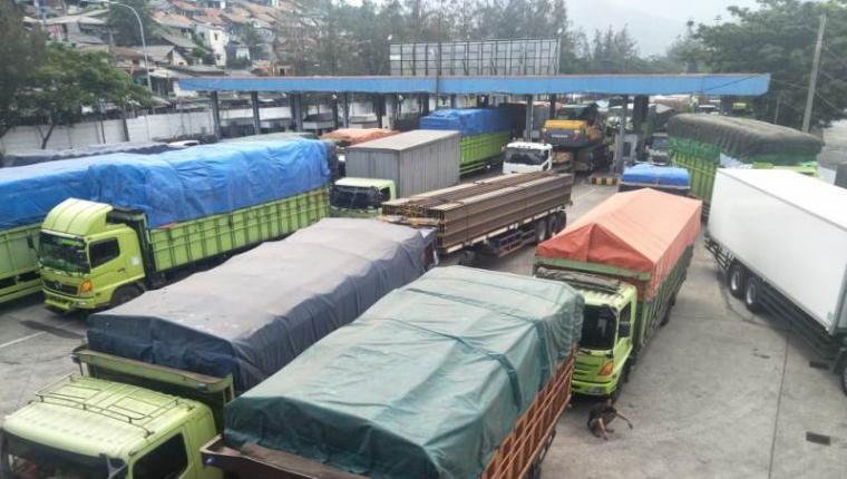 Penumpukan truk ekspedisi di pelabuhan Merak. (Istimewa).