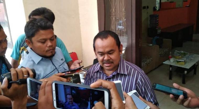 Mantan Walikota Serang yang juga politisi Partai Golkar Tb Haerul Jaman saat memenuhi panggilan Bawaslu Banten. (Foto: TitikNOL)