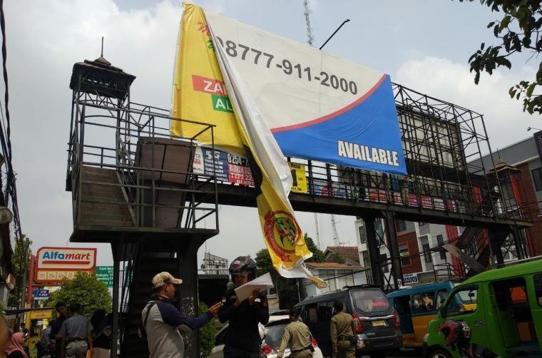 Penertiban APK di Jalur Protokol Kota Serang. (Foto: TitikNOL)