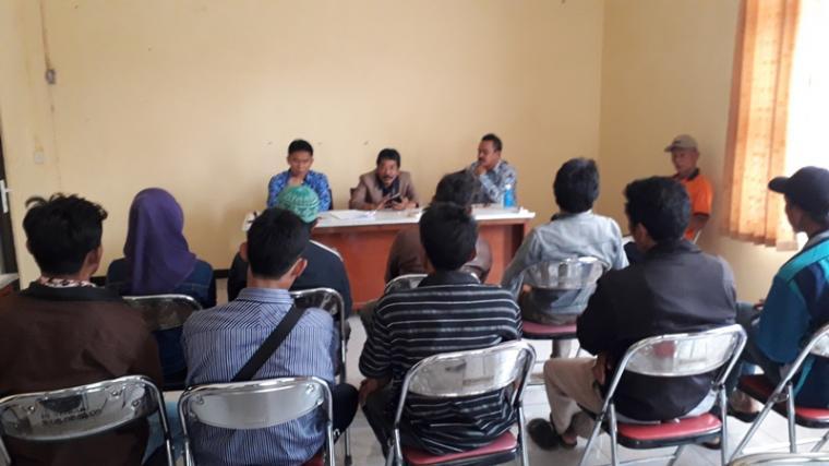 Sembilan tenaga kerja pemanen sawit asal Lebak, saat mendapat pengarahan dari Kadisnaker Pemkab Lebak sebelum diberangkatkan ke Kutai Barat, Kalimantan Timur. (Foto: TitikNOL)