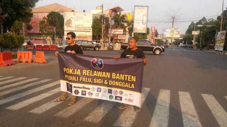 Sejumlah warga yang tegabung dalam Pokja Relawan Banten saat melakukan aksi penggalangan dana untuk korban bencana gempa dan tsunami di Palu dan Donggala, Sulawesi Tengah. (Foto: TitikNOL)