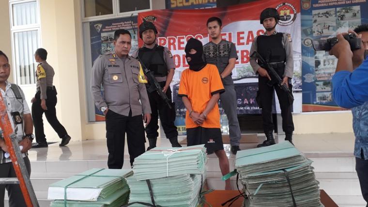 Office Boy kantor BPN Lebak diamankan polisi lantaran melakukan pencurian 566 sertifikat hak milik warga Lebak. (Foto: TitikNOL)