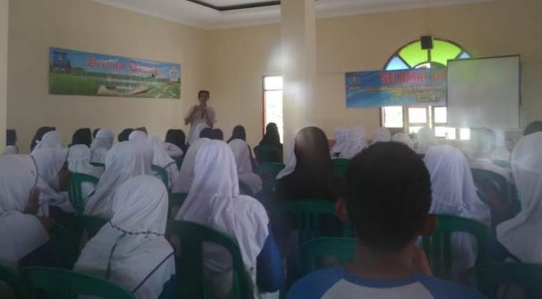 Suasana pelatihan literasi sekolah, yang digelar di SMP Negeri 1 Anyer, Kabupaten Serang, Rabu (16/10/2018). (Foto: TitikNOL)