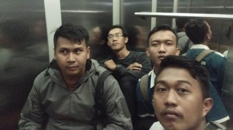 Empat Mahasiswa Yang terjebak lift UNSERA. (Foto: Ist)