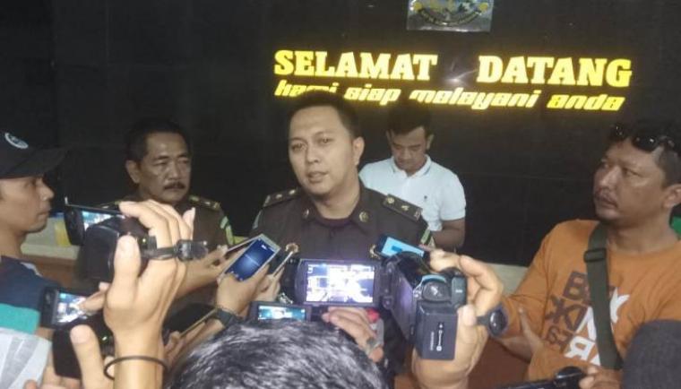 Dodi Wiraatmaja Kasi Pidsus Lebak saat memberikan keterangan Pers di kantor Kejari Lebak. (Foto: TitikNOL)