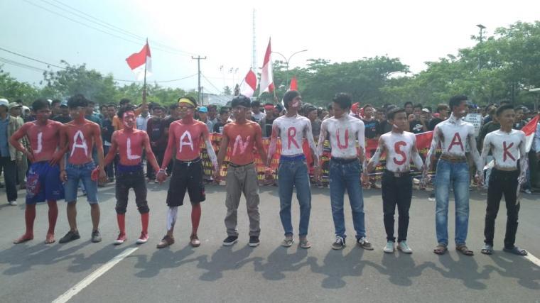 Demo ratusan warga Ujung Kulon menuntut perbaikan akses jalan utama di Kecamatan Sumur, Kabupaten Pandeglang. (Foto: TitikNOL)