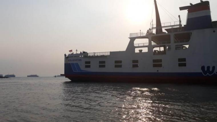 KMP Mitra Nusantara yang kandas di Perairan Merak. (Foto: TitikNOL)