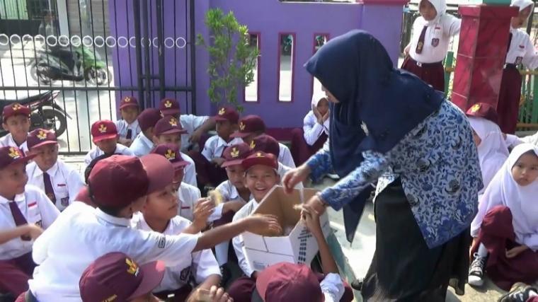 Ratusan siswa Sekolah Dasar (SD) Negeri Rawu, Kota Serang menggelar doa bersama dan penggalangan dana untuk korban gempa dan tsunami di Palu dan Donggala, Sulawesi Tengah, Senin (1/10/2018). (Foto: TitikNOL)