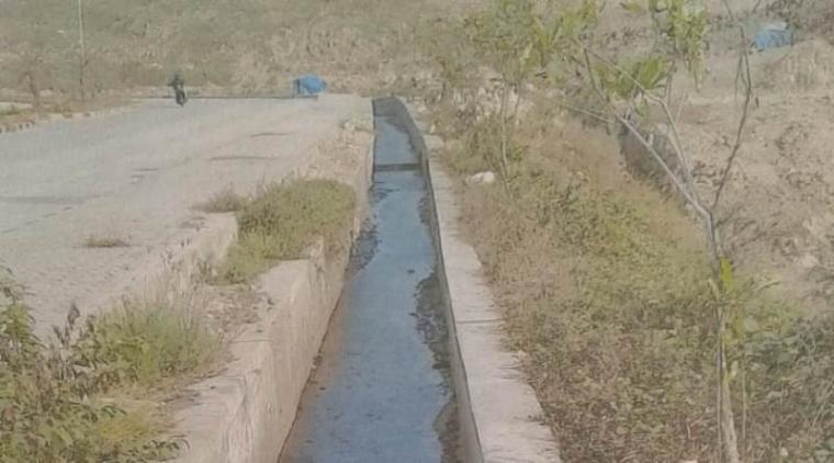 Drainase yang teraliri limbah cair dari pabrik semen merah putih PT. Cemindo Gemilang, limbah cair yang mengalir diduga mencemari Kali Cibayawak. (Dok: TitikNOL)