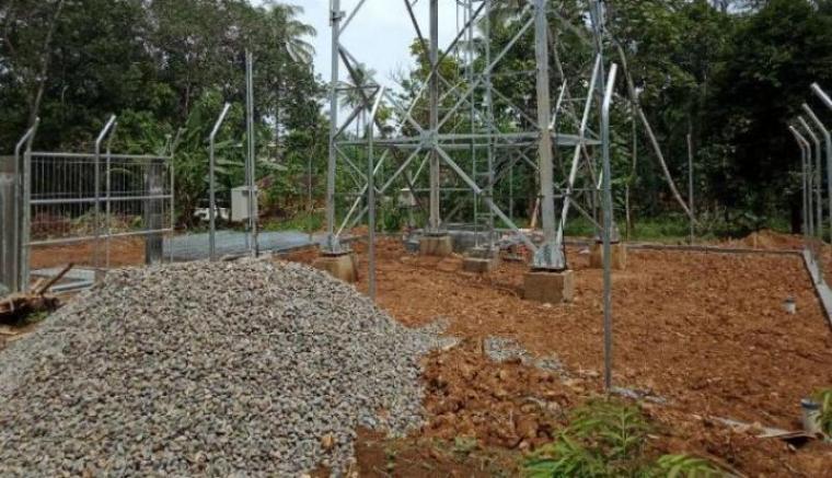 Pembangunan Tower BTS yang di kerjakan PT. IBS di salah satu desa di Kecamatan Cikulur diduga tak milik IMB. (Dok: TitikNOL)