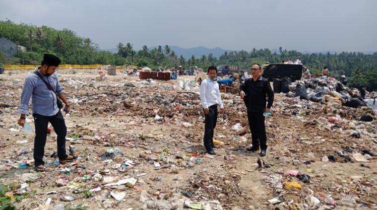 Anggota DPRD Cilegon bersama warga saat melihat TPSA Bagendung yang menimbulkan bau menyengat. (Foto: TitikNOL)