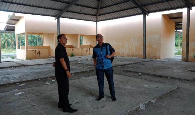 Anggota DPRD Cilegon ,Rahmatullah bersama Kepala Dinas Perindustrian dan Perdagangan Cilegon,Tb Dikrie Maulawardhana saat meninjau Pasar Tegal Bunder. (Foto: TitikNOL)