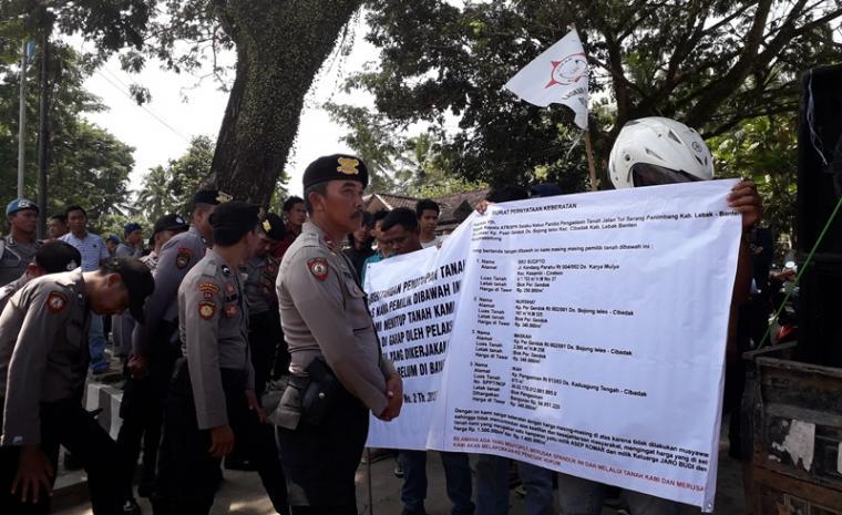 Suasana demonstrasi warga Kampung Pasir Gendok, Desa Bojongleles, Kecamatan Cibadak di kantor Agraria BPN Lebak. (Foto: TitikNOL)