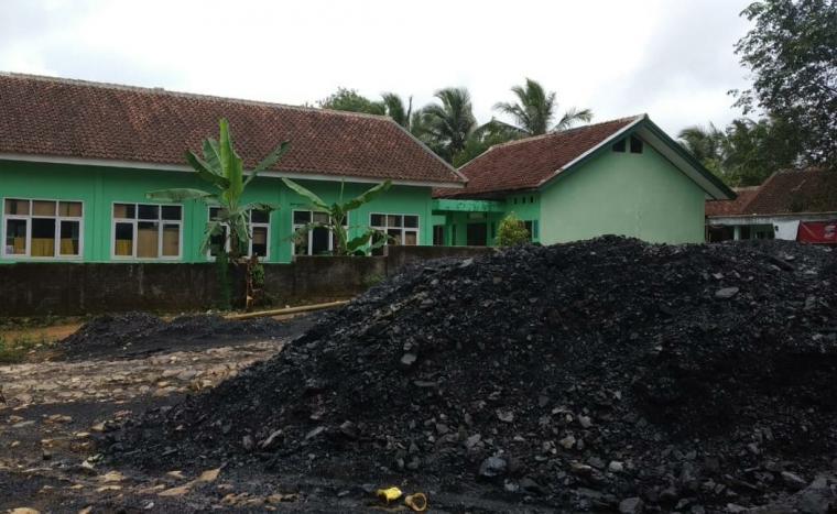 Stockpile batu bara yang berlokasi di SDN Pemubulan II Kecamatan Bayah, Kabupaten Lebak. (Foto: TitikNOL)