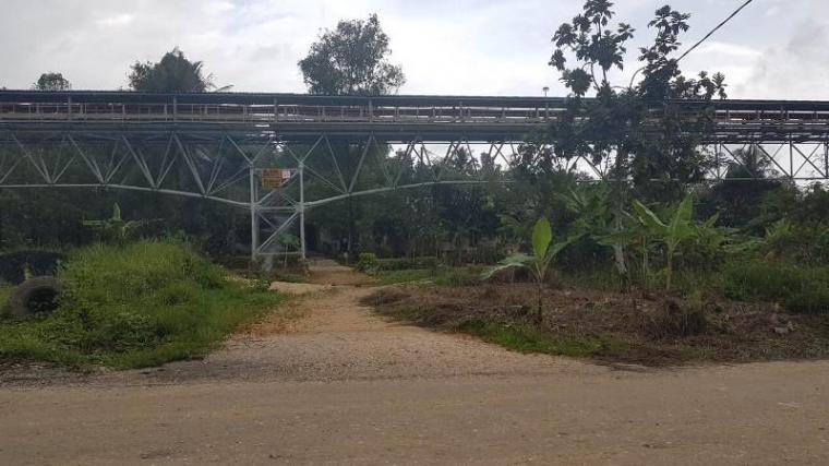 Belt conveyor atau alat angkut material batu limestone milik PT Cemindo Gemilang. (Foto: TitikNOL)
