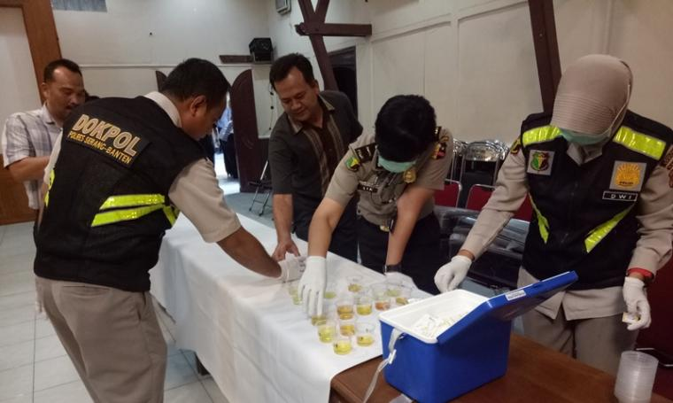 Tim Operasi Penegakan Ketertiban dan Disiplin (Gaktibplin) Divisi Propam Mabes Polri melakukan tes urin di Mapolres Serang. (Foto: TitikNOL)