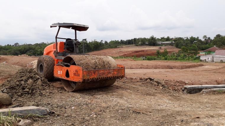 Alat berat di lokasi lahan yang akan dibangun perumahan oleh PT Bunyamun Marshush, di Desa Sukamanah, Kecamatan Rangkasbitung, Lebak - Banten. (Foto: TitikNOL)