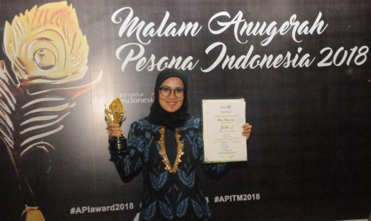 Bupati Lebak Iti Octavia Jayabaya saat menerima tropi penghargaan Anugerah Pesona Indonesia (API) 2018 di Hotel Sahid Jakarta, Kamis (22/11/2018). (Foto: TitikNOL)