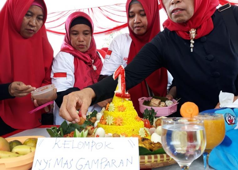 Tumpeng yang dibuat oleh Emak-emak sebagai bentuk dukungan terhadap pasangan Jokowi - Ma'ruf Amin