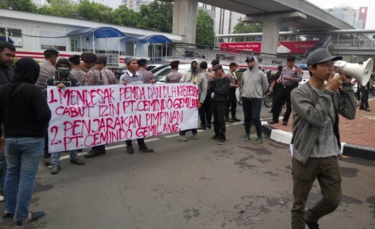 Aksi puluhan mahasiswa di depan kantor pusat PT Cemindo Gemilang Jalan Rasuna Said, Kuningan, Jakarta Selatan. (Foto: Istimewa)