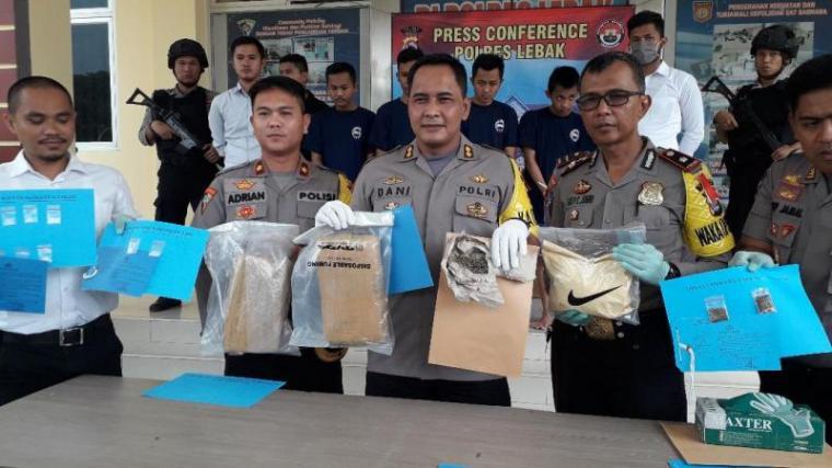AKBP Dani Arianto Kapolres Lebak saat menunjukan barang bukti narkoba jenis sabu dan ganja. (Foto: TitikNOL)