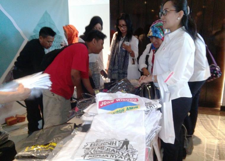 Salah satu pengunjung saat menyerbu aksesories Jokowi di JHL Solitaire Hotel, Jalan Gading Serpong Boulevard, Curug Sangereng, Kelapa Dua, Tangerang. (Foto: TitikNOL)