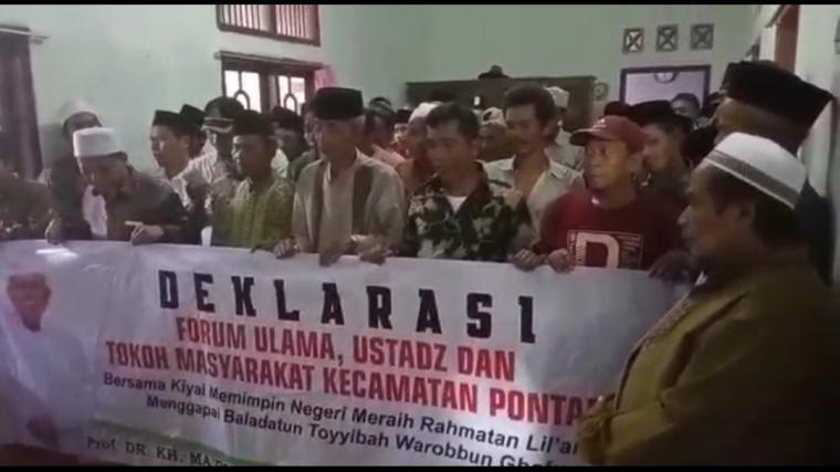 Puluhan kiai di Kampung Kalapian, Desa kalapian, Kecamatan Pontang, Kabupaten Serang, deklarasi pasangan Capres dan Cawapres nomor urut 01 Joko Widodo - Ma'ruf Amin, Senin (19/11/2018). (Foto: TitikNOL)