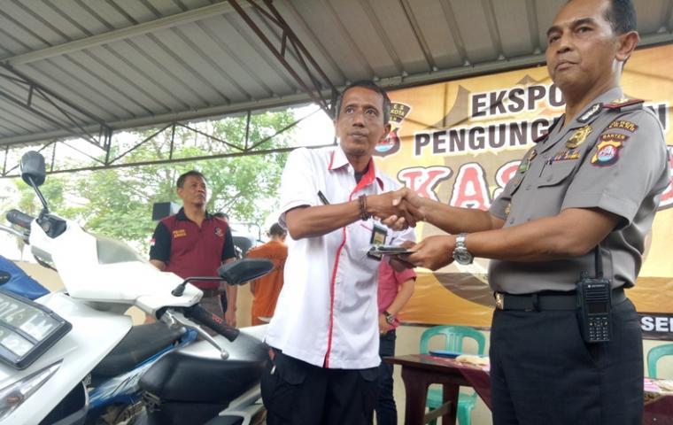 Andi Suhadi saat menerima motor miliknya dari Kapolsek Ciruas Kompol Priyati Winoto. (Foto: TitikNOL)