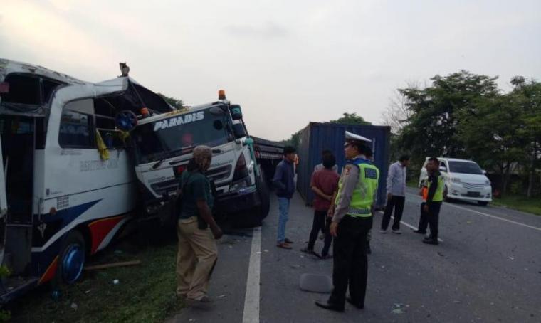 Kecelakaan beruntun yang terjadi di km 55 Tol Tangerang-Merak. (Foto: TitikNOL)