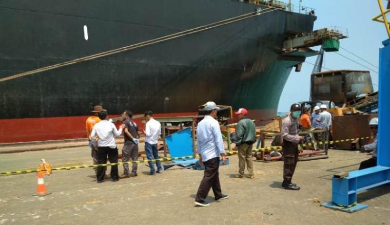 Petugas kepolisian saat melakukan olah TKP di Pelabuhan Indah Kiat Merak. (Foto: TitikNOL)