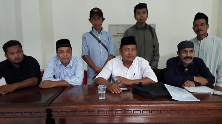 Sejumlah perwakilan warga terdampak pembangunan Waduk Karian datangi gedung Dewan Perwakilan Rakyat Daerah (DPRD) Kabupaten Lebak, Selasa (27/11/2018). (Foto: TitikNOL)