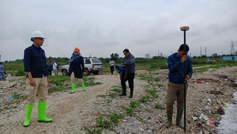 Petugas BPN Cilegon saat melakukan pengukuran lahan yang akan dibangun Pelabuhan Warnasari. (Foto: TitikNOL)