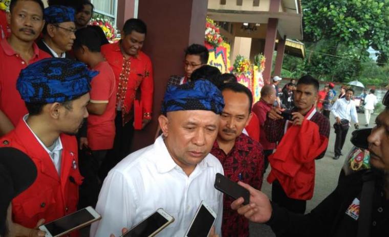 Staf khusus Presiden RI Teten Masduki saat dimintai keterangan oleh sejumlah awak media. (Foto: TitikNOL)