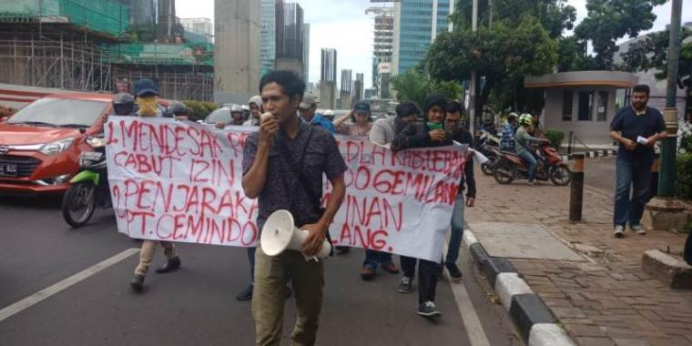 Aksi unjukrasa mahasiswa Kabupaten Lebak di kantor pusat PT Cemido Gemilang, Gedung Gama Tower, Jalan Rasuna Said, Kuningan, Jakarta Selatan, Rabu (14/11/2018). (Foto: TitikNOL)
