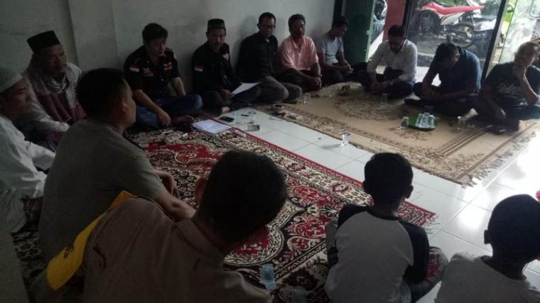 Suasana selametan dan santunan anak yatim di sekretariat BPPKB DPAC Bayah. (Foto: TitikNOL)