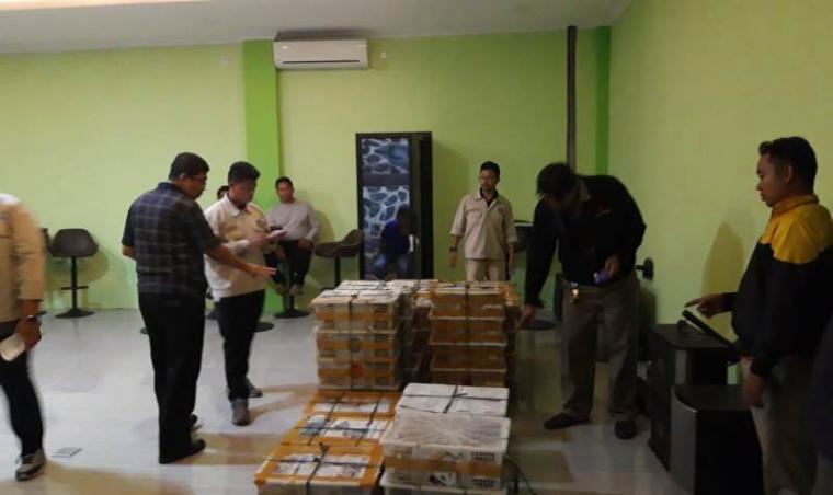 Petugas Balai Karantina Cilegon saat mengamankan ribuan ekor burung tanpa dokumen. (Foto: TitikNOL)
