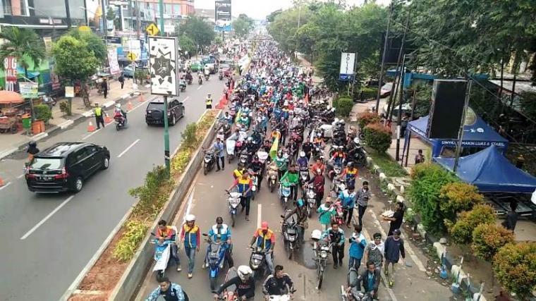 Ribuan buruh Kabupaten Serang saat melakukan demonstrasi kenaikan UMK 2019. (Foto: TitikNOL)
