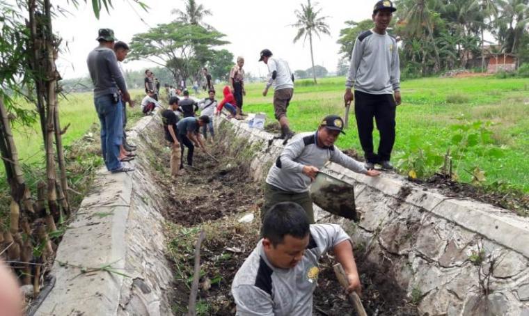 Relawan Ranta Soeharta (Rasa) bersama warga sekitar membangun jalan masyarakat yang menghubungkan Kampung Pasepatan dan Kampung Pasir Laban, Kecamatan Carenang, Kabupaten Serang, Sabtu - Minggu (24-25/11/2018). (Foto: TitikNOL)