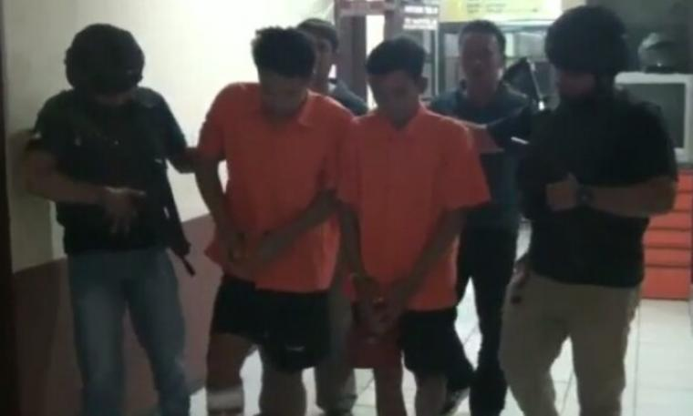 Dua pelaku berinisial MA dan HA ditangkap Unit Reskrim Polsek Cipondoh. (Foto: TitikNOL)