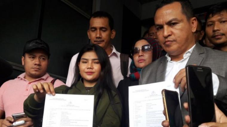 Rosa Meldianti bersama kuasa hukumnya saat melaporkan Dewi Perssik ke Polda Metro Jaya, Jakarta, Selasa (06/11). (Foto: TitikNOL)