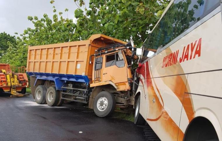 Kondisi bus PO Murni Jaya yang ditabrak truk di Tol Tangerang - Merak. (Foto: TitikNOL)