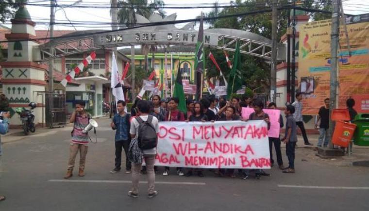 Puluhan mahasiswa UIN Sultan Maulana Hasanuddin Banten melakukan aksi unjuk rasa di depan gerbang kampus, Kota Serang, Kamis (8/11/2018). (Foto: TitikNOL)