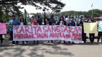 Suasana pemakaman Ibunda Ayu Dewi, Sekar Dewi Budiono yang dikebumikan di TPU Jeruk. (Dok: Kompas)
