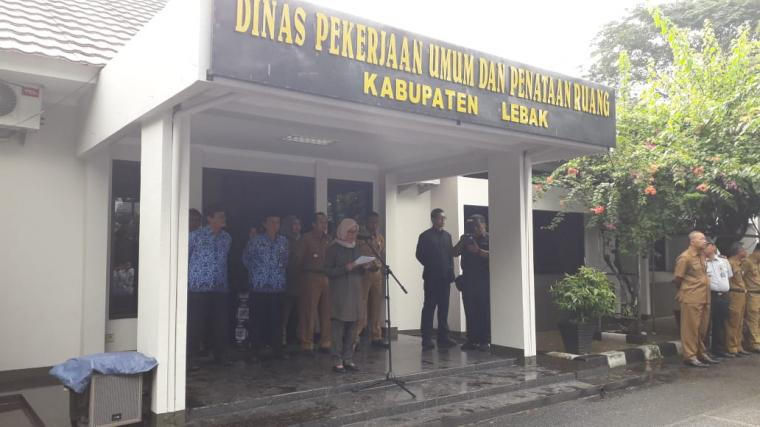 Bupati Lebak Iti Octavia Jayabaya saat memberikan sambutan di peringatan hari bakti PUPR ke 73. (Foto: TitikNOL)