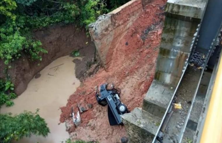 Sebuah mobil jenis puck up terjatuh ke bawah jembatan yang longsor. (Foto: Ist)