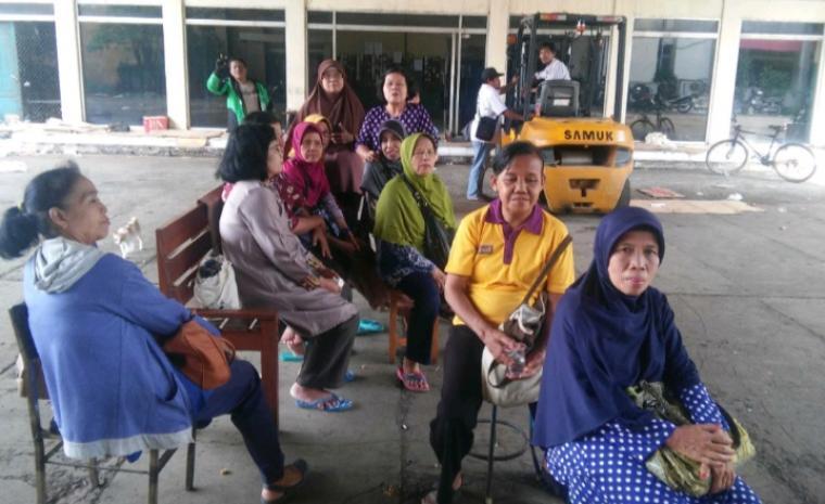Perwakilan ratusan buruh PT Sandratex duduki aset milik perusahaan. (Foto: TitikNOL)