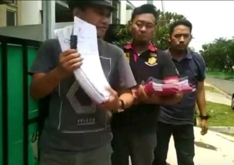 Polisi saat membeberkan bukti dokumen penipuan yang dilakukan bos PT CKK Jhon Sumanti. (Foto: TitikNOL)