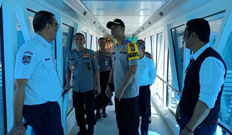Asisten SDM Polri Irjen Pol Eko Indra didampingi Wakapolda Banten Brigjen Pol Tomex Kurniawan saat memantau dermaga eksekutif Pelabuhan Merak. (Foto: TitikNOL)