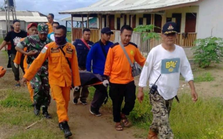 Basarnas Banten bersama TNI, Polri dan dibantu warga setempat saat evakuasi jenazah korban yang hanyut di pantai sawarna. (Foto: TitikNOL)