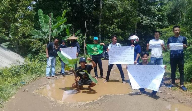 Sejumlah pemuda melakukan aksi tanam pisang di jalan rusak di Kecamatan Cilograng, Kabupaten Lebak. Aksi tersebut dilakukan sebagai bentuk kekecewaan para pemuda terhadap pemerintah setempat atas kondisi yang bertepatan dengan hari jadi Kabupaten Lebak ke-190 tahun. (Foto: TitikNOL)